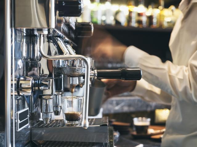 Koffie schenkerij met Barista de koffie tovernaar